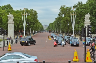 London, England: The Mall viewed from Buckingham Palace.